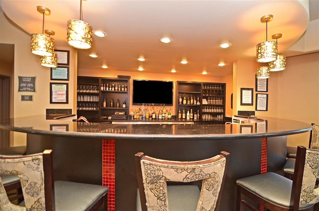 Best Western Premier Crown Chase Inn & Suites - Relax and unwind each evening at Chasers Lounge with a full bar available.