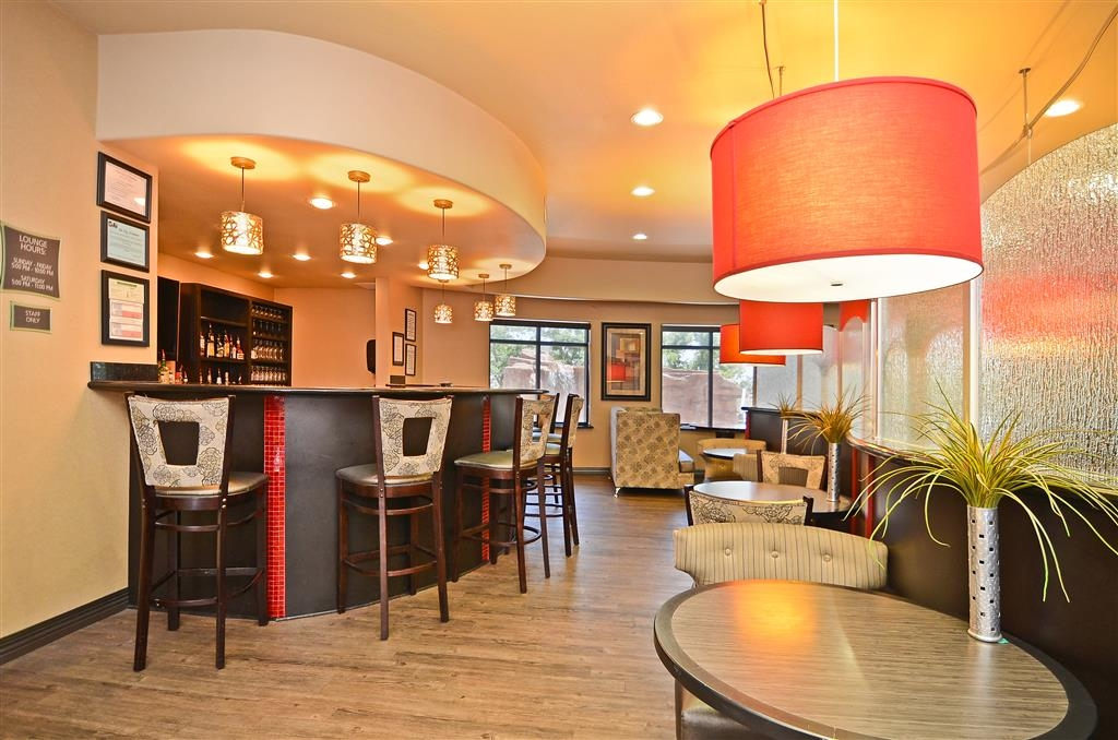 Best Western Premier Crown Chase Inn & Suites - Enjoy your evening in Chasers Lounge with superb views of our spectacular pool area.