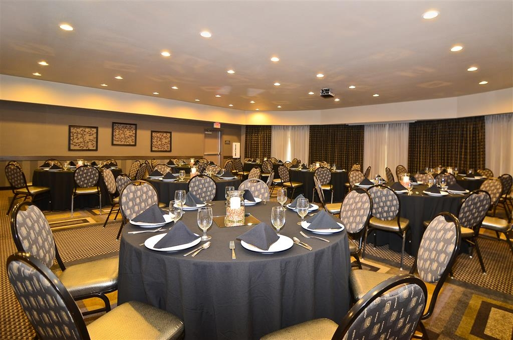 Best Western Premier Crown Chase Inn & Suites - Plan your elegant banquet with our dishes, glassware, and cloth napkins.