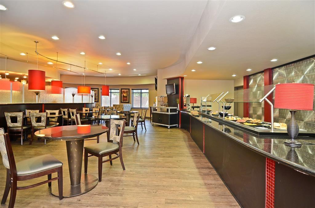 Best Western Premier Crown Chase Inn & Suites - Zona de desayunos
