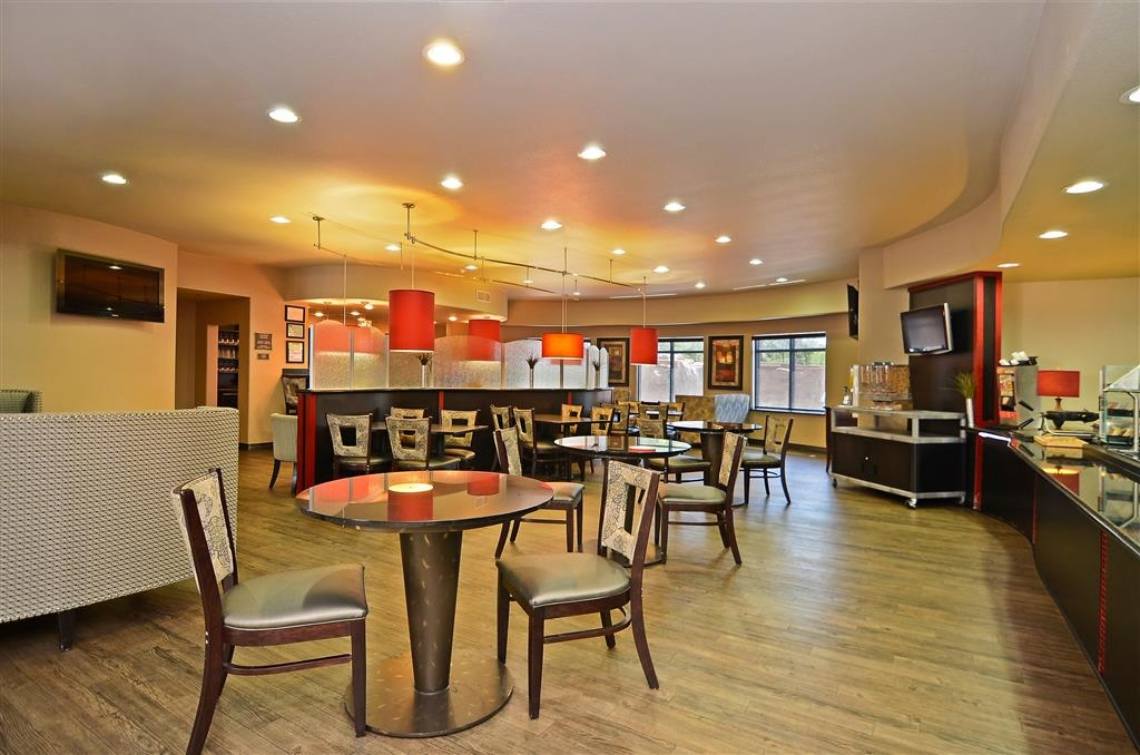 Best Western Premier Crown Chase Inn & Suites - Enjoy a relaxed, comfortable breakfast room where you can catch up on the latest news and weather on one of three televisions.