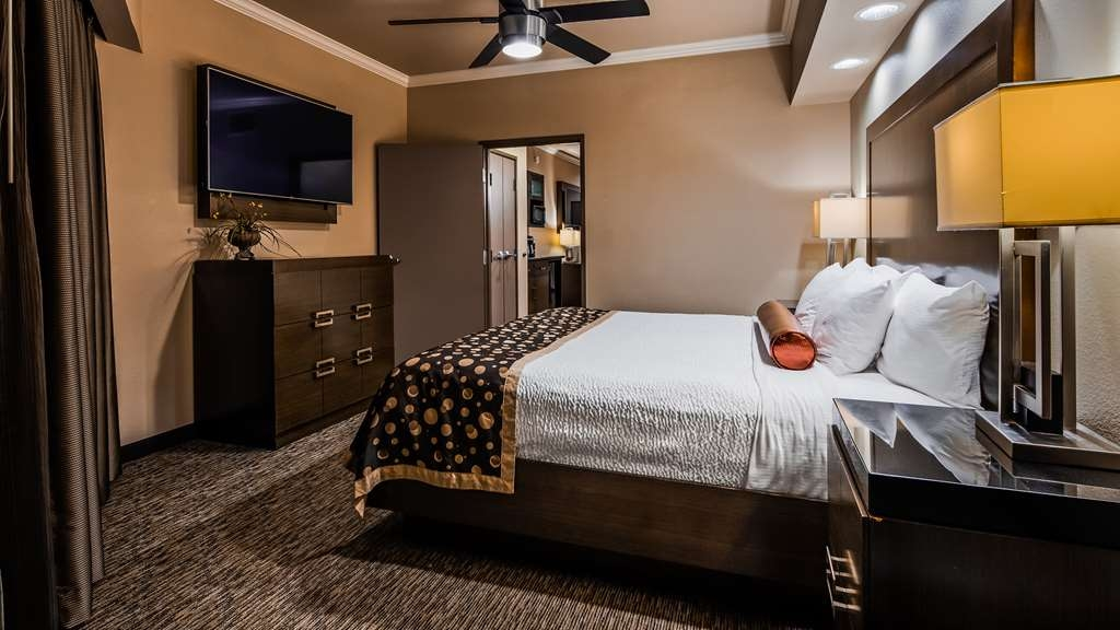 Best Western Premier Crown Chase Inn & Suites - Suite