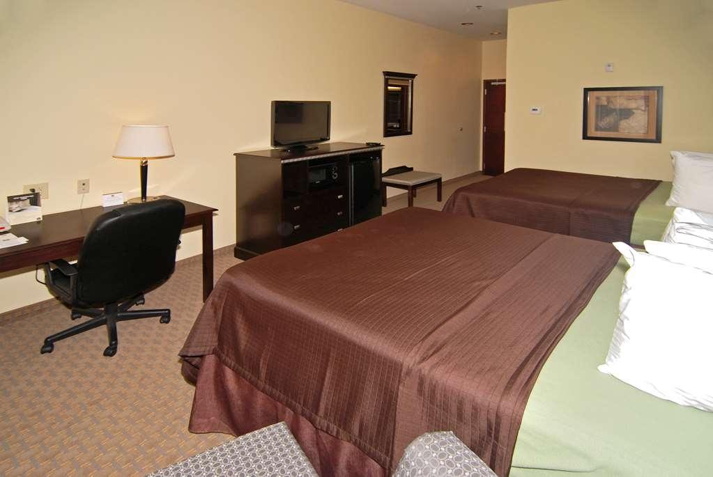 Best Western Lamesa Inn & Suites - Esta habitación con dos camas de matrimonio grandes está equipada con un microondas y una nevera para que pueda preparar sus comidas.