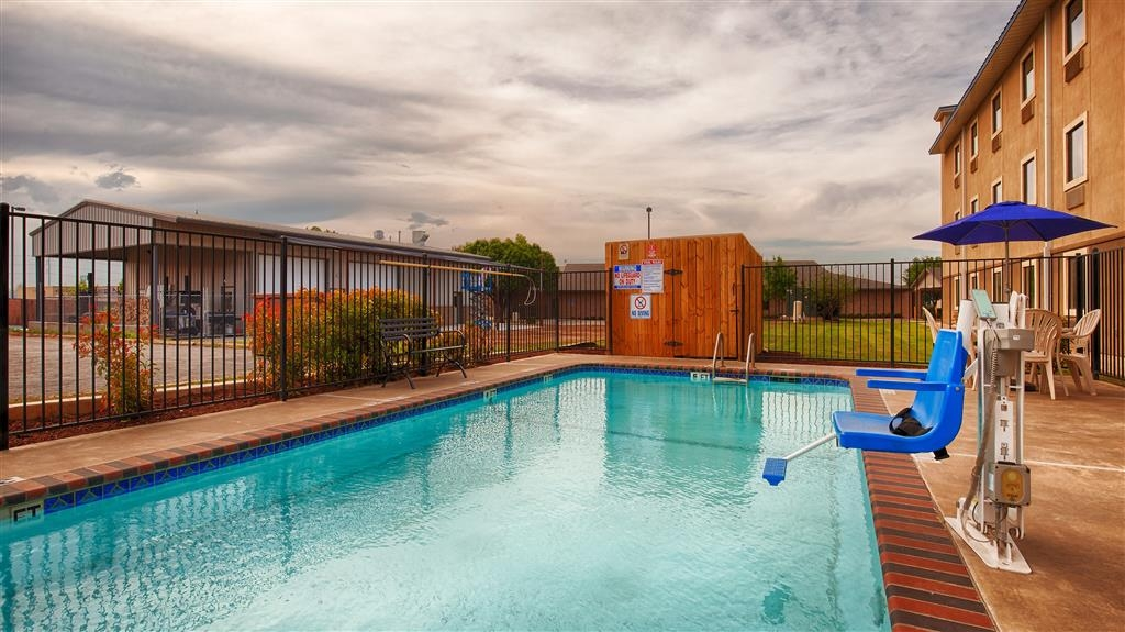 Best Western Plus University Inn & Suites - Have some fun in the sun with your family at our outdoor pool.