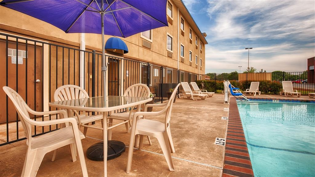 Best Western Plus University Inn & Suites - Piscina