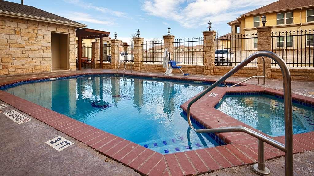 Best Western Plus Midland Suites - Vista de la piscina