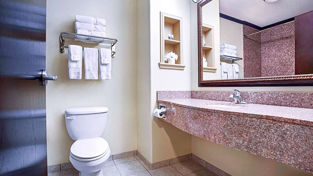 Best Western Plus Royal Mountain Inn & Suites - Guest Bathroom