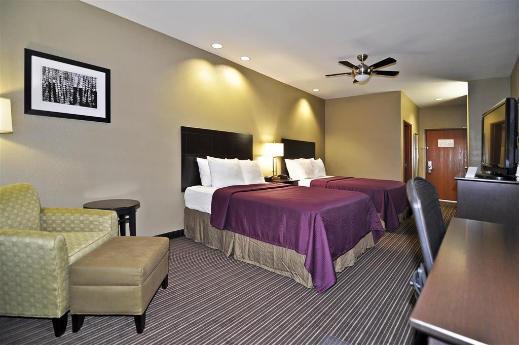 Best Western Giddings Inn & Suites - Bring your whole family along and book a two queen guest room with 42-inch flat screen TV, microwave and refrigerator.
