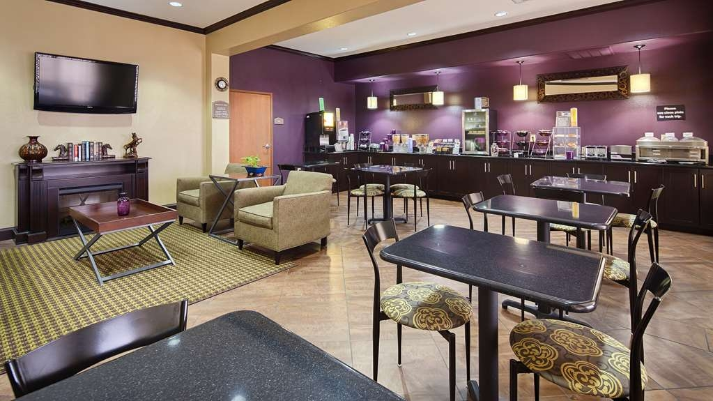 Best Western Giddings Inn & Suites - Choose from a selection of seating and enjoy the morning news with a nice hot cup of coffee.
