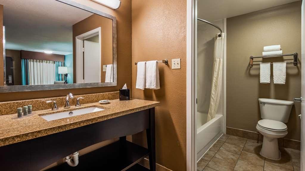 Best Western Huntsville Inn & Suites - Guest Bathroom