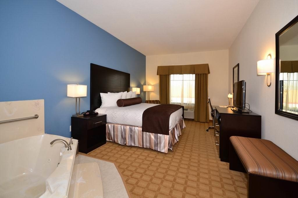 Best Western Plus Lytle Inn & Suites - Camera con letto king size e vasca idromassaggio