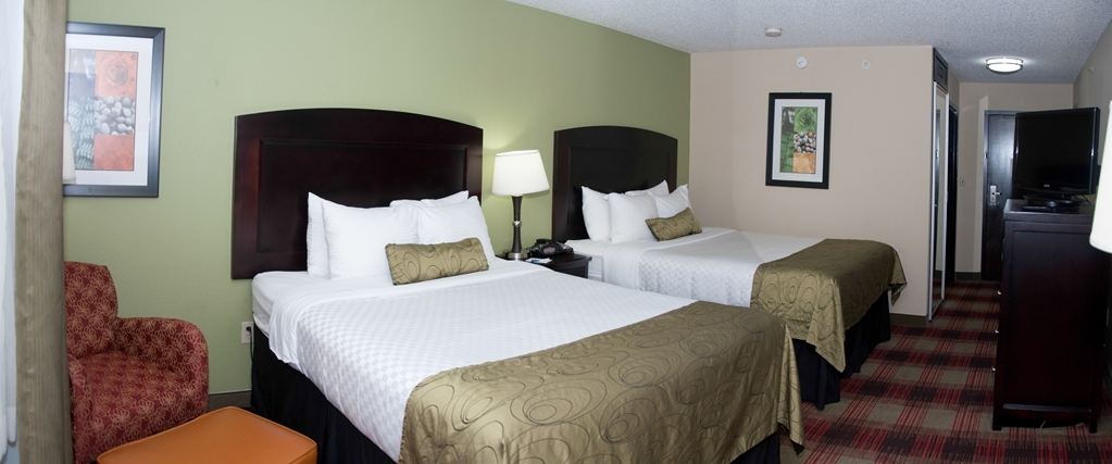 Best Western Plus Addison/Dallas Hotel - If your bringing your family along make a reservation in this room with three queen size beds.