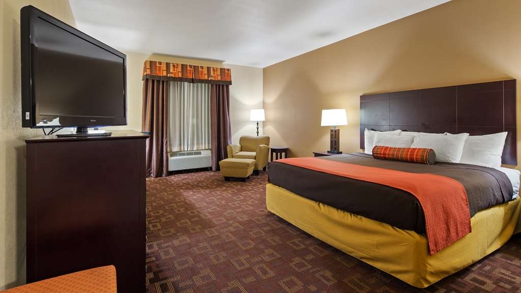 Best Western Plus Goliad Inn & Suites - Spend a special night together in our king guest room.