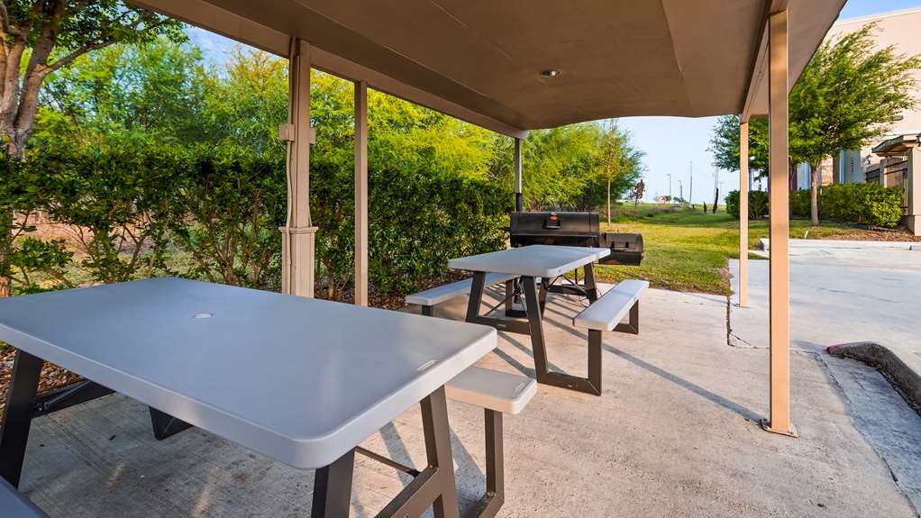 Best Western Plus Kenedy Inn - Outdoor Picnic Area