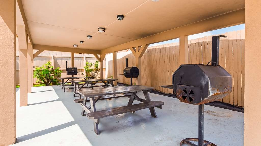 Best Western Plus Carrizo Springs Inn & Suites - Grilling & Picnic Area