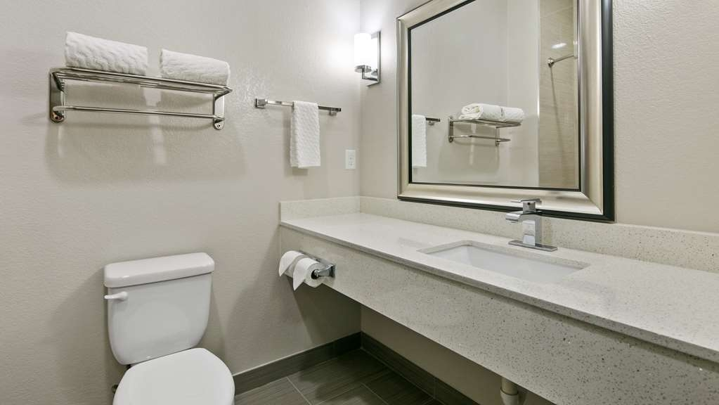 Best Western Plus Pleasanton Hotel - Guest Bathroom