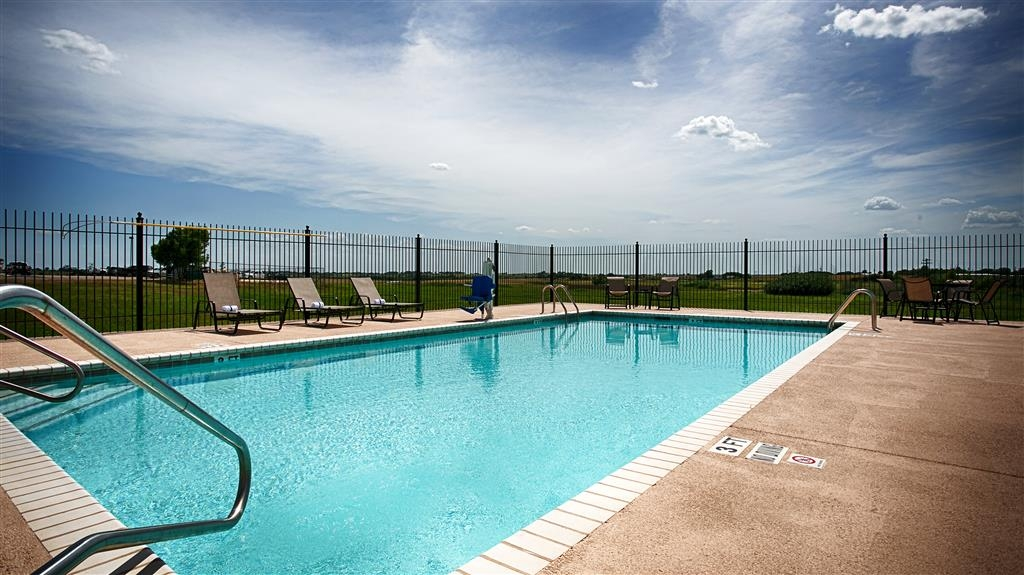 Best Western Czech Inn - Have some family fun in our outdoor swimming pool; open seasonally.