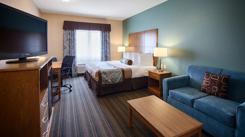 Best Western Plus Seminole Hotel & Suites - Plenty of space is available in our comfortable king suite with 42-inch flat screen TV, microwave and refrigerator.