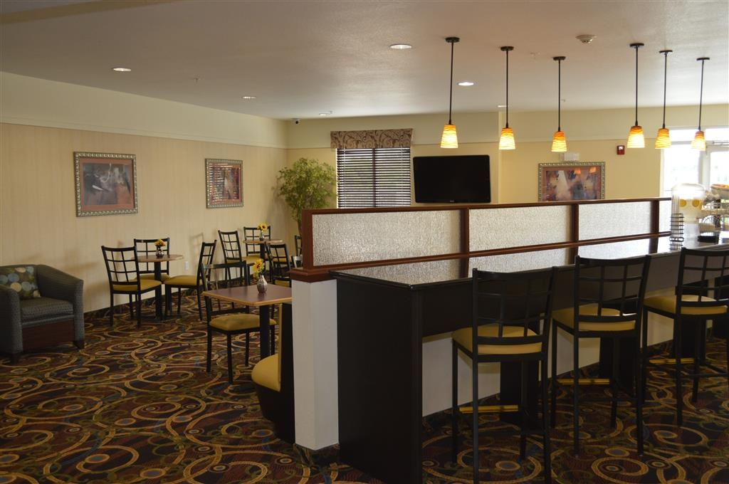 Best Western Plus Seabrook Suites - Siediti a uno dei numerosi tavoli e goditi la colazione.