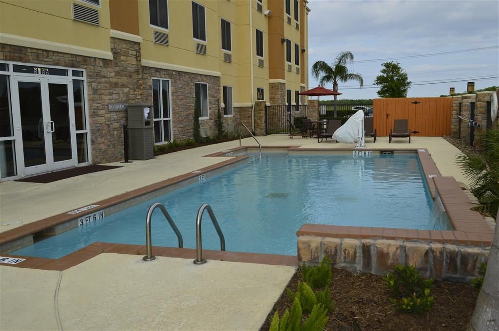 Best Western Plus Seabrook Suites - Have some fun in the sun with your family at our outdoor pool.