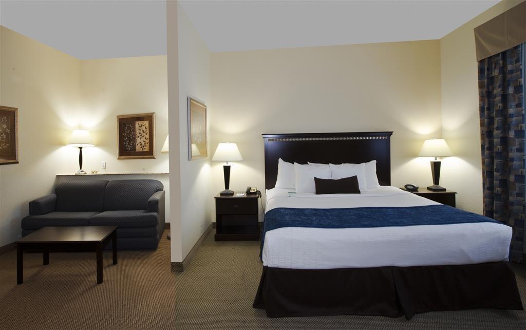Best Western Plus Seabrook Suites - Nutzen Sie das Sofabett in unserer Suite mit Kingsize-Bett für zusätzliche Gäste und sparen Sie die Kosten eines zusätzlichen Zimmers.