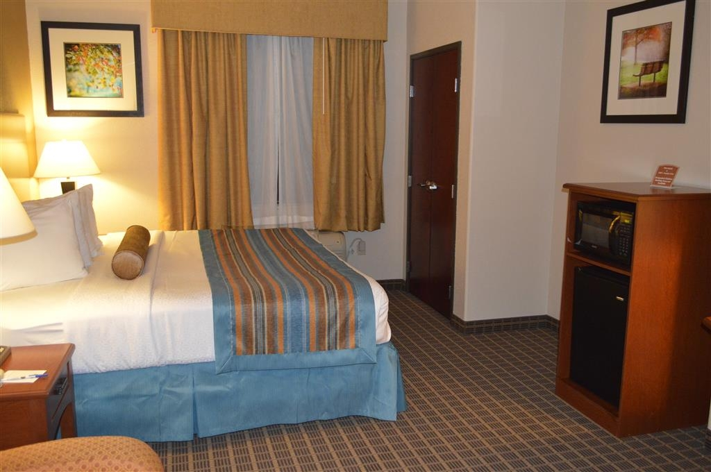 Best Western Orange Inn & Suites - Ti sentirai come a casa nella nostra spaziosa camera con letto king size.