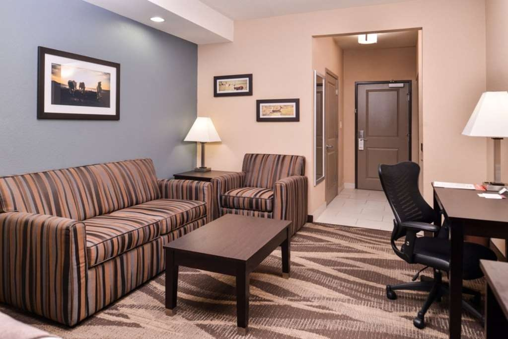 Best Western Plus Lake Jackson Inn & Suites - All Suites feature a comfortable sitting area with queen sofa bed.