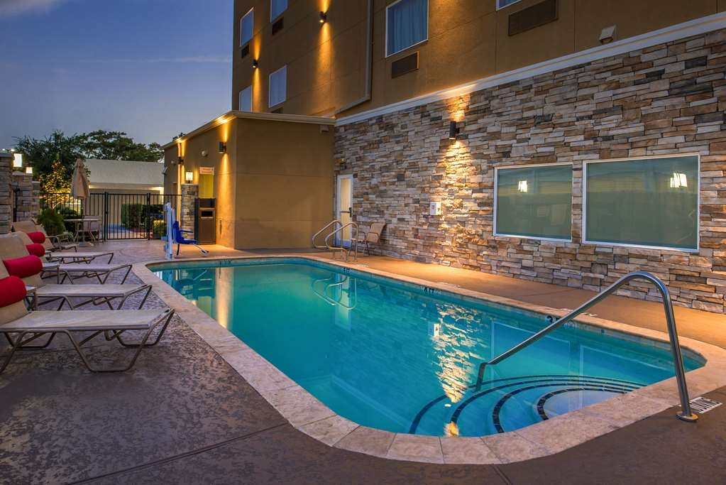 Best Western Plus Lake Jackson Inn & Suites - Pool view