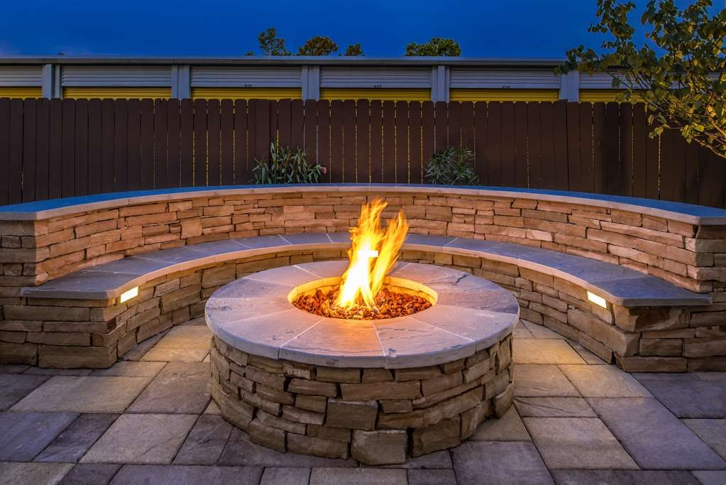 Best Western Plus Lake Jackson Inn & Suites - Fire pit.