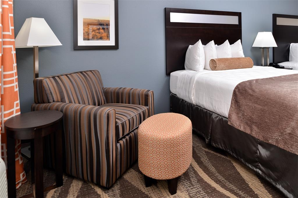 Best Western Plus Lake Jackson Inn & Suites - Each room features comfortable & stylish seating.