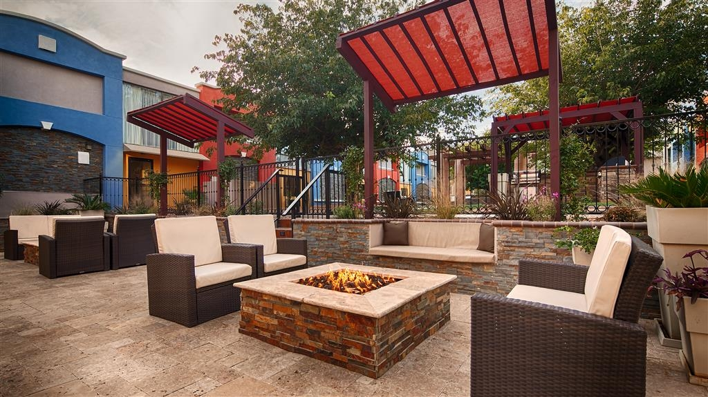 Best Western Plus El Paso Airport Hotel & Conference Center - Courtyard Fire Pits