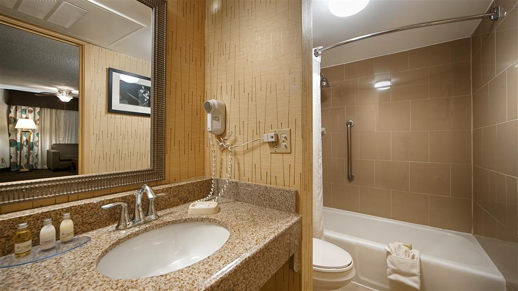 Best Western Plus El Paso Airport Hotel & Conference Center - Guest Bathroom