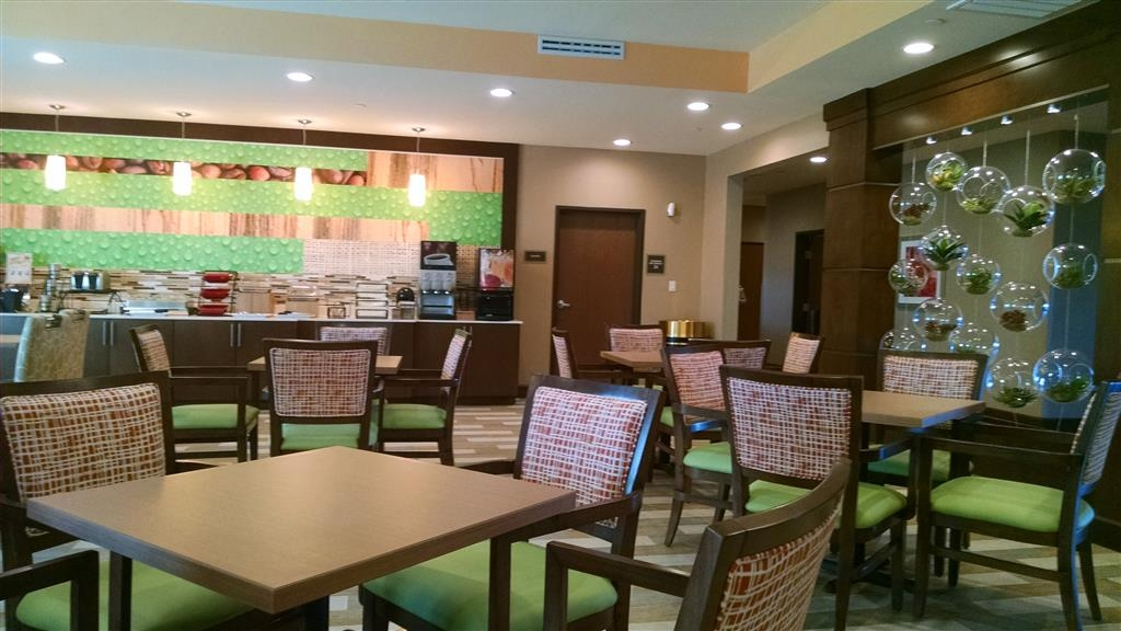 Best Western Plus Flatonia Inn - Choose from a wide selection of seating to enjoy your morning meal.