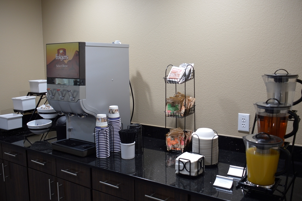 Best Western Plus Elmendorf Hotel - Enjoy a balanced and delicious breakfast with choices for everyone.