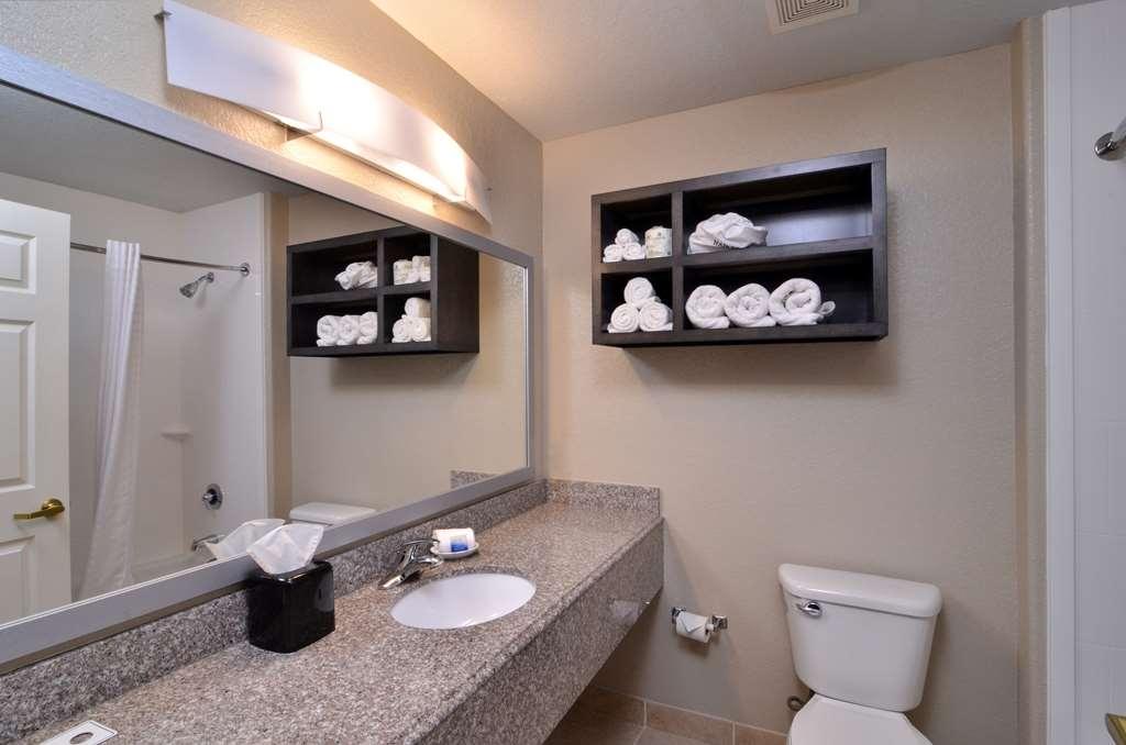 Best Western Boerne Inn & Suites - Guest Bathroom