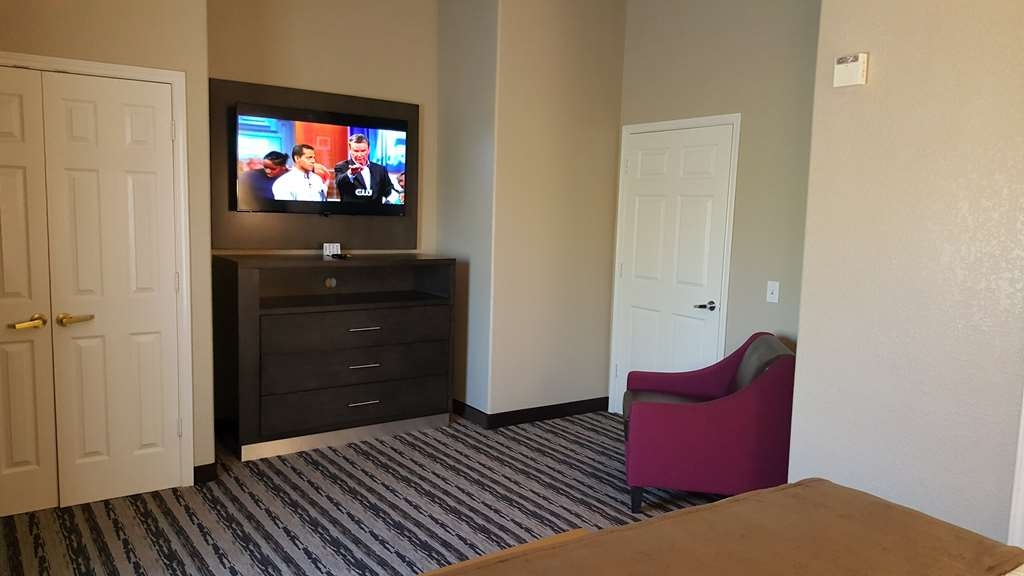 Best Western Boerne Inn & Suites - Pull back the covers, hop in and catch your favorite TV show in our bedroom.