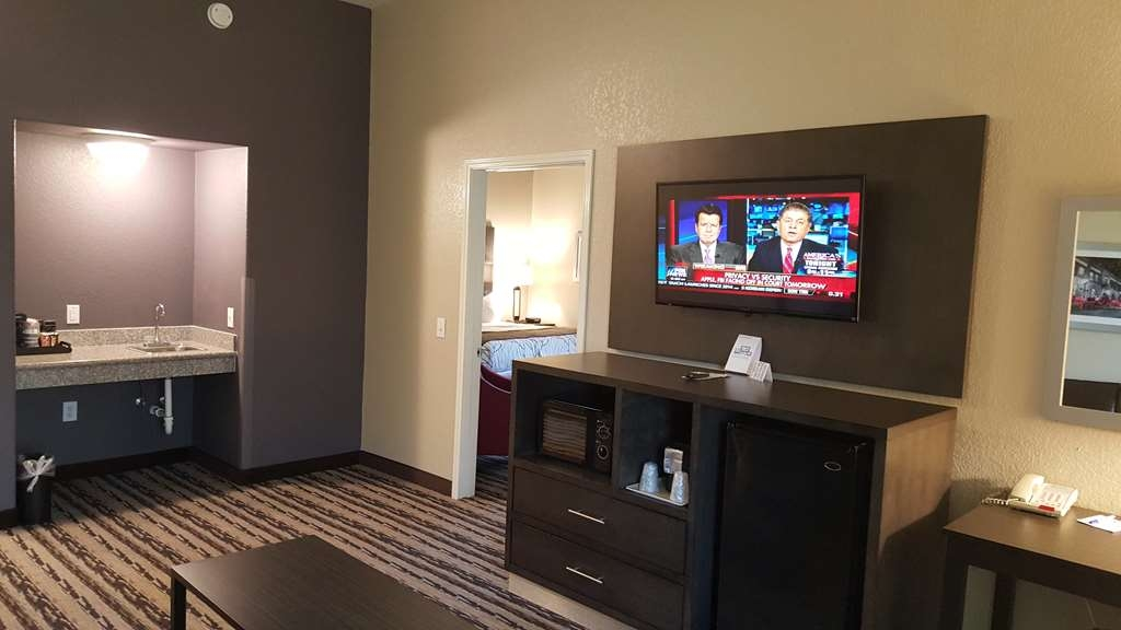 Best Western Boerne Inn & Suites - Pull back the covers, hop in and catch your favorite TV show in our living room!