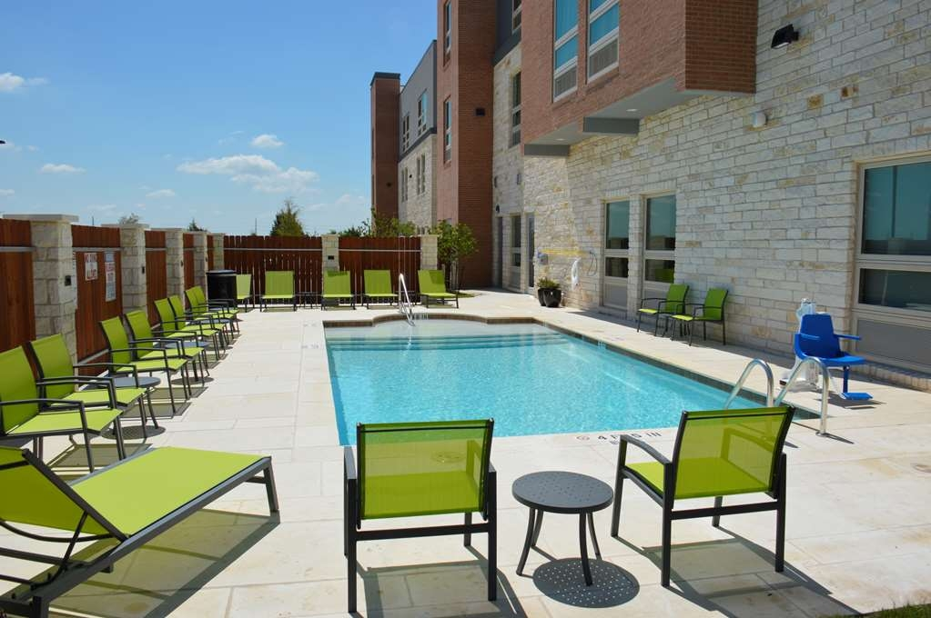 Best Western Plus Pflugerville Inn & Suites - Whether you want to relax poolside or take a dip, our outdoor pool area is the perfect place to unwind.