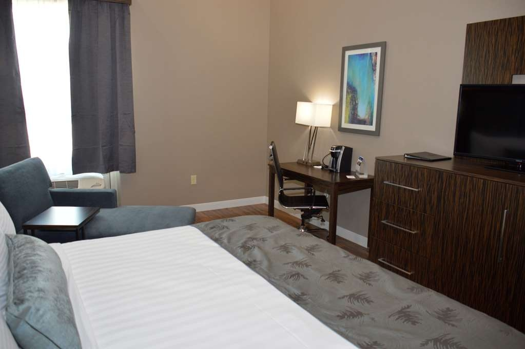 Best Western Plus Pflugerville Inn & Suites - Pull back the covers, hop in and catch your favorite TV show in our Guest Rooms.