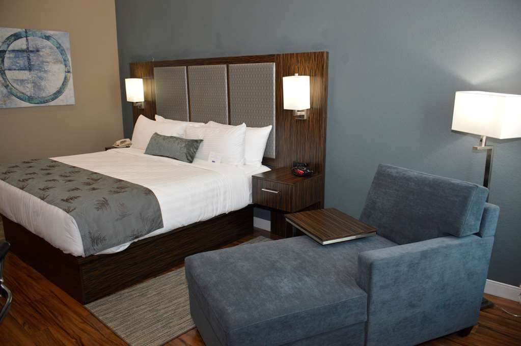 Best Western Plus Pflugerville Inn & Suites - Experience a romantic getaway in our King Room, designed for your relaxation and comfort.