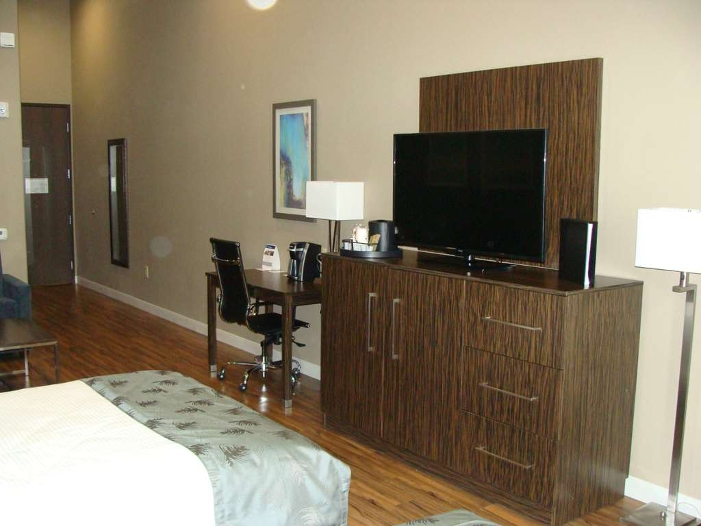 Best Western Plus Pflugerville Inn & Suites - Choose our Accessible Queen Suite for the additional space to stretch and and relax.