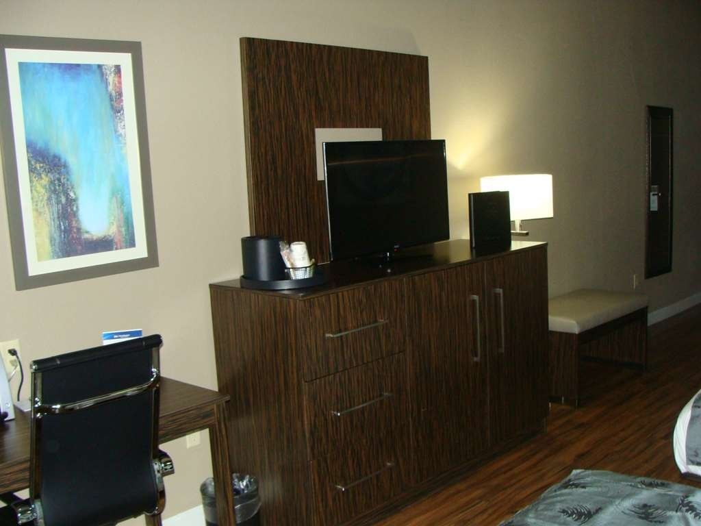 Best Western Plus Pflugerville Inn & Suites - Our Accessible Queen Bedroom will surely provide the comfort you're looking for.