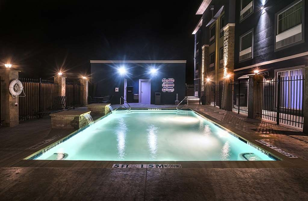 Best Western Plus Lampasas Inn & Suites - Vista de la piscina