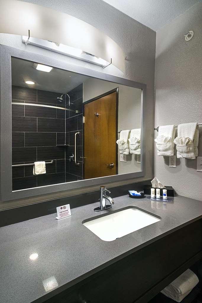 Best Western Plus Lampasas Inn & Suites - Guest Room Bathroom