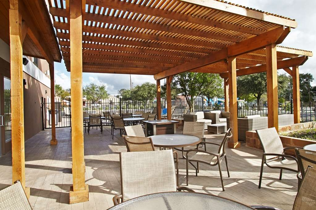 Best Western Plus Downtown North - Enjoy the lovely weather and outdoor atmosphere on our patio