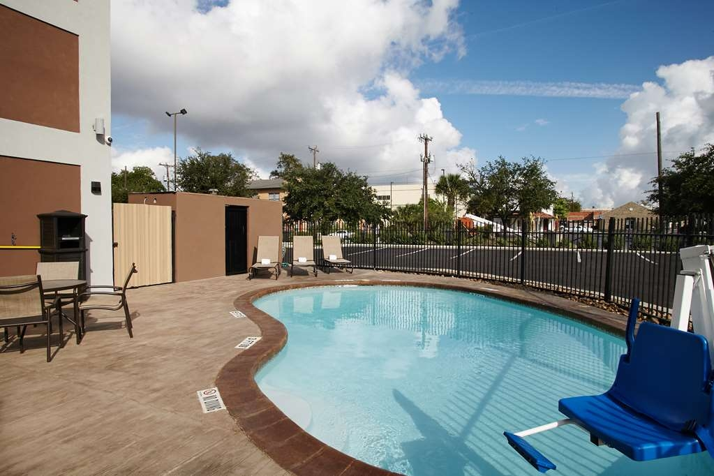 Best Western Plus Downtown North - Splash around and have fun with the family in our outdoor pool for plenty of fun.