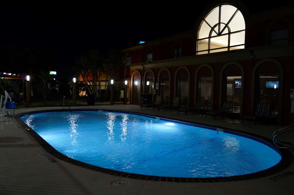 Best Western Northwest Corpus Christi Inn & Suites - Our outdoor pool is perfect for swimming laps or taking a quick dip.