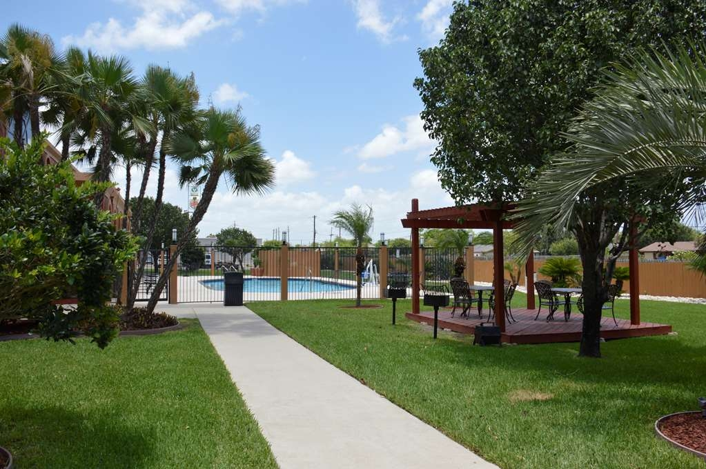 Best Western Northwest Corpus Christi Inn & Suites - Splash around in our outdoor pool and enjoy the beautiful landscape.