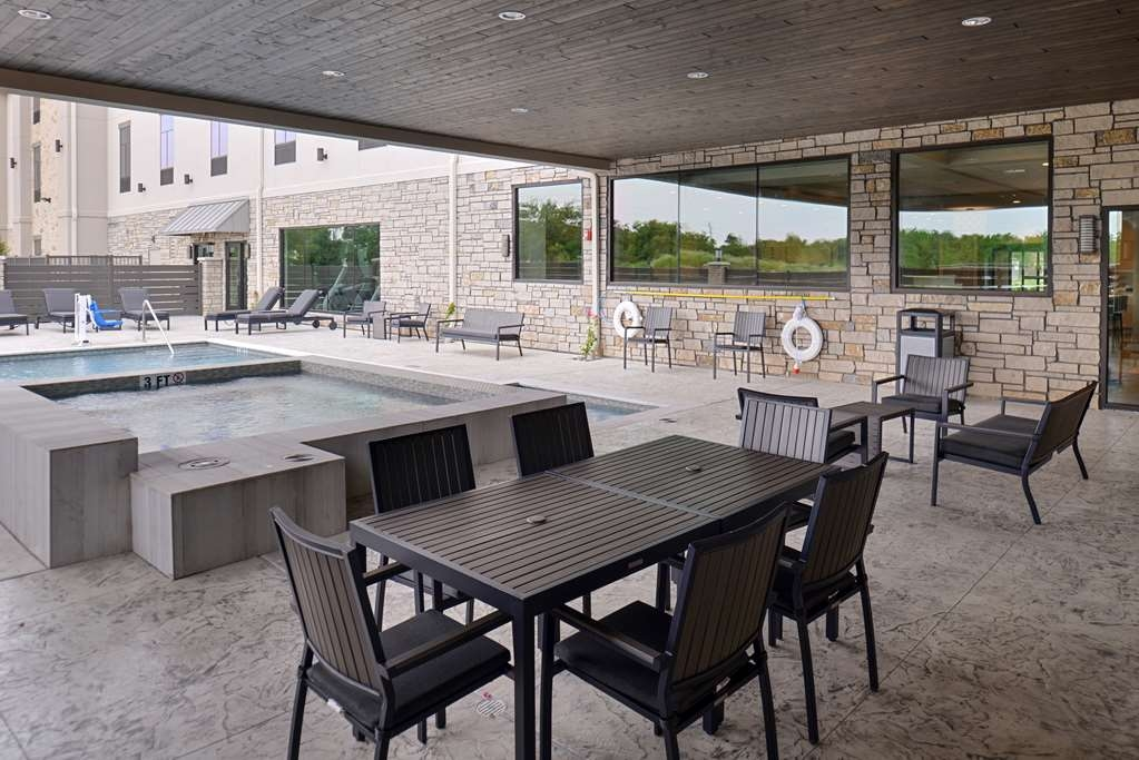 Best Western Premier Energy Corridor - Covered sitting area pool side