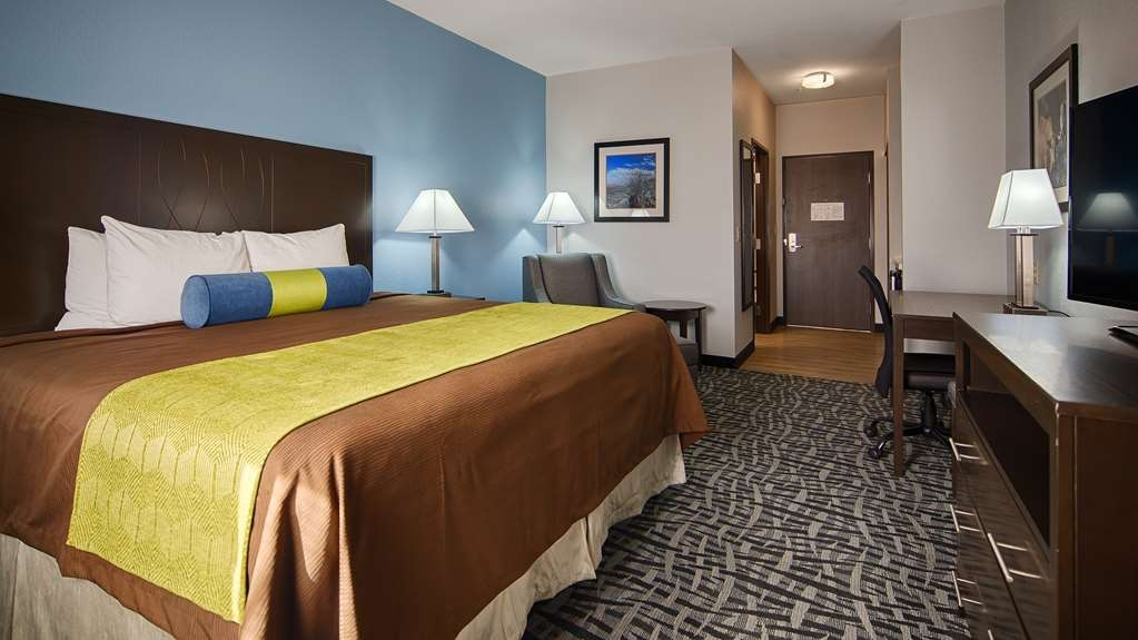 Best Western Plus Lonestar Inn & Suites - At the end of a long day, relax in our clean, fresh king room.